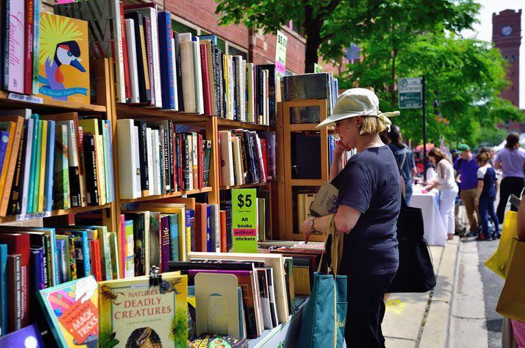 Uma mulher pensa em fazer uma compra no Printers Row Lit Fest, em Chicago.  Foto: Bruce Leighty / Alamy Stock Photo